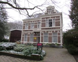 1200px-Theologische_Universiteit_Apeldoorn
