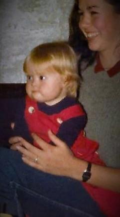 101 Oktober 1981 Carolien en Carolien kwamen graag in de winkel helpen maar ook met jou spelen .jpg 1 (2)