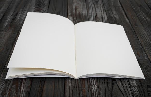 blanco-boek-op-een-houten-tafel_1232-1016
